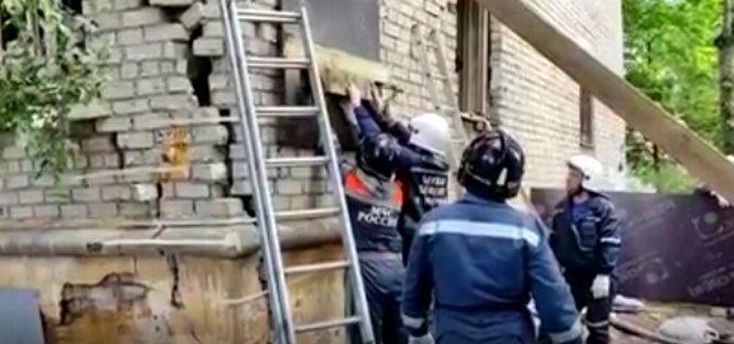 Сотрудники МЧС обследуют дом в Сормове после взрыва - фото 1