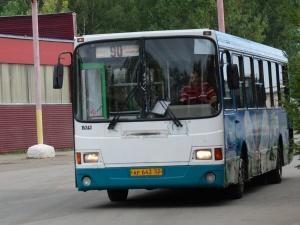 Водитель нижегородского автобуса упал в колодец и получил тяжелые травмы