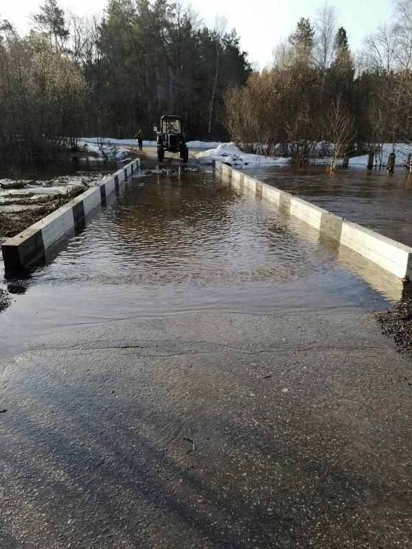 Низководный автомобильный мост через Линду затопило на Бору - фото 1