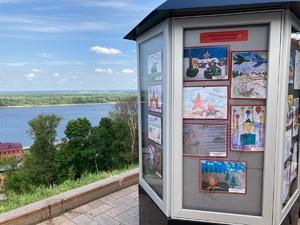 Выставка военных рисунков детей из реабилитационных центров открылась в нижегородском Кремле