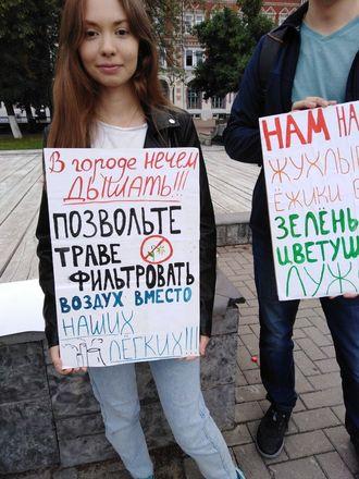 С плакатами «За траву!» вышли нижегородцы на площадь Маркина - фото 2