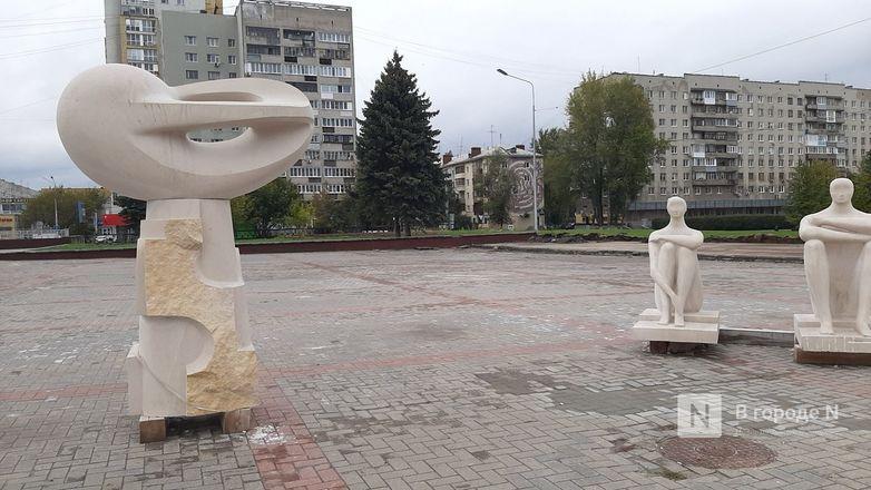 Скульптуры для украшения Нижне-Волжской набережной прозябают на площади Ленина - фото 1