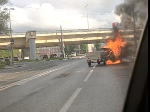 Иномарка с прицепом сгорела рядом с метромостом