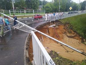 В Сарове дождь смыл склон под дорогой на подъезде к мосту через реку Сатис