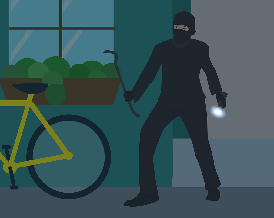 Ночной похититель в Сосновском районе вынул из чужого авто аккумулятор и компрессор - фото 1