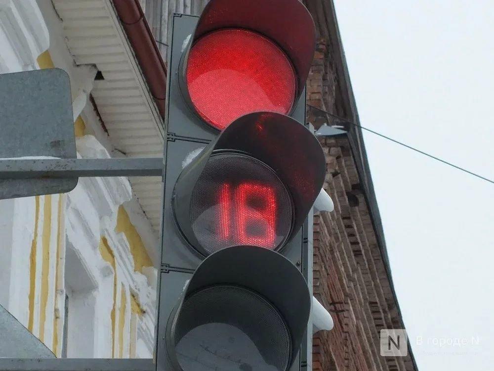 Автобус проехал на красный свет и врезался в легковушку на Мызе - фото 1