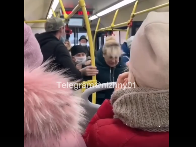 Нижегородку вытолкали из автобуса за отказ надеть маску