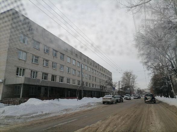 Территории у детских садов и поликлиник в Советском районе завалены снегом - фото 8