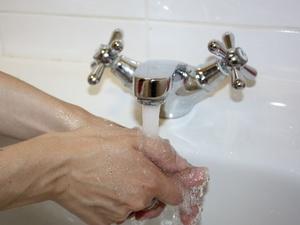 Жители Автозаводского района жалуются на странный запах от воды
