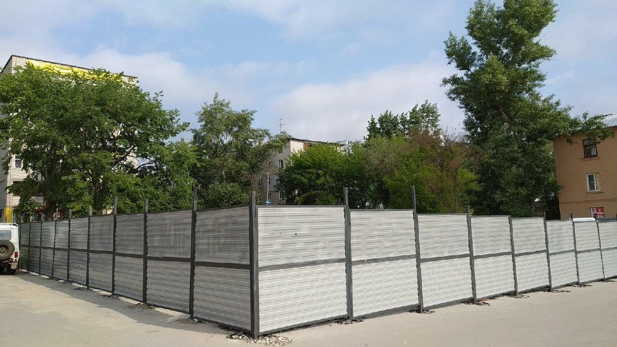 Застройщик гостиницы на Мануфактурной пообещал сдвинуть забор - фото 1