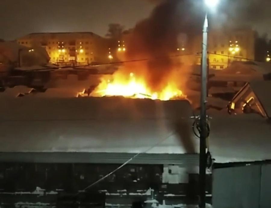 Торговые палатки горели на Канавинском рынке в Нижнем Новгороде - фото 1