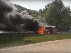 Служебный ПАЗик сгорел на Гребном канале (ВИДЕО)